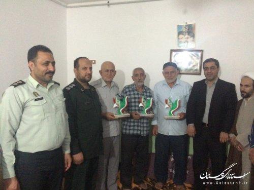 اهداء تندیس یادمان 4000 شهید استان به خانواده شهدا در مینودشت