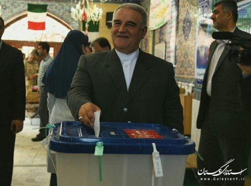 استاندار گلستان رای خود را به صندوق انداخت