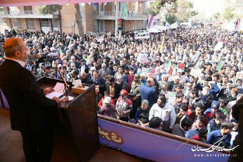 همه باید قدردان دستاورهای انقلاب باشیم و از آن پشتیبانی کنیم