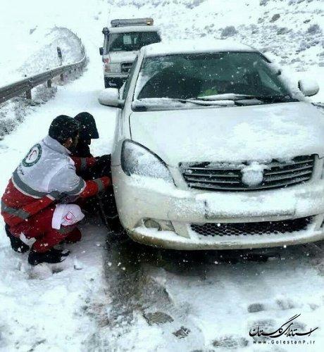 امداد رسانی امدادگران و نجاتگران در محورهای کوهستانی