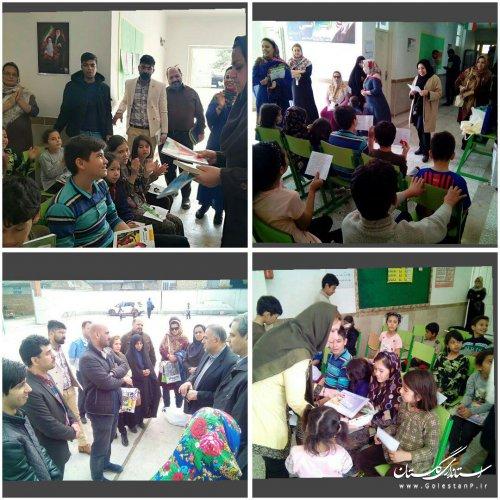 ثبت لحظاتی از مهربانی اعضای انجمن های ادبی گلستان در محل اسکان آسیب دیدگان حادثه سیل
