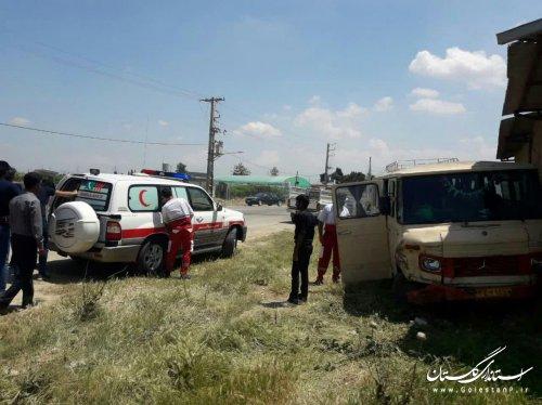 مصدومیت 14 نفر در حادثه برخورد مینیبوس با پراید در گلستان