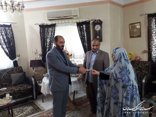اهدای کمک نقدی مادر شهیدان عامری برای آزادی زندانیان استان گلستان