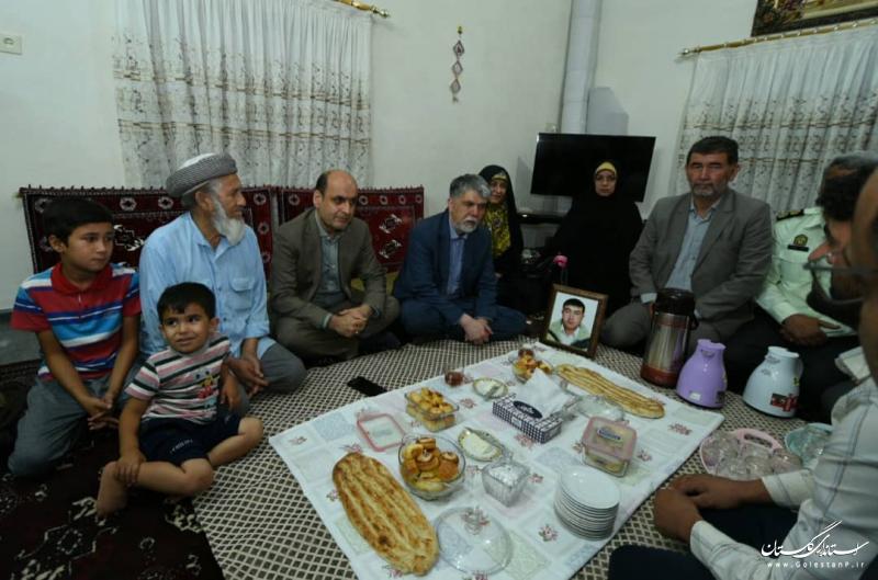 دیدار وزیر فرهنگ و ارشاد اسلامی با خانواده شهید خدمت در گمیشان