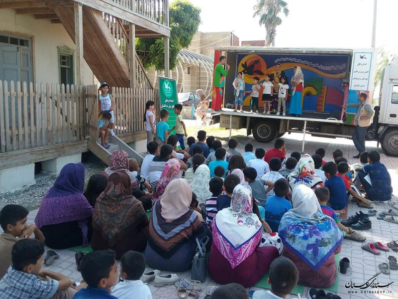 اجرای نمایش کامیونت سیار کانون گلستان برای مناطق سیلزده