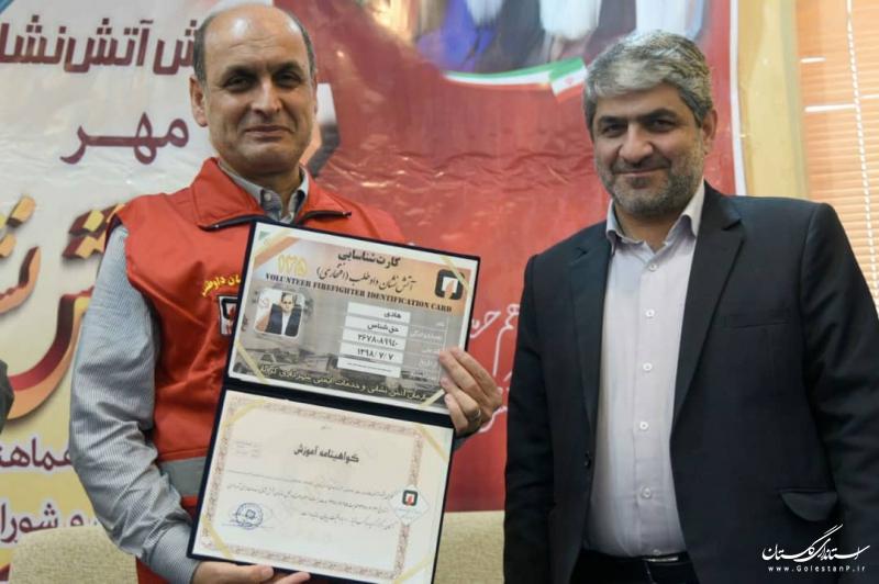 اهداء کارت آتشنشان افتخاری به استاندار گلستان