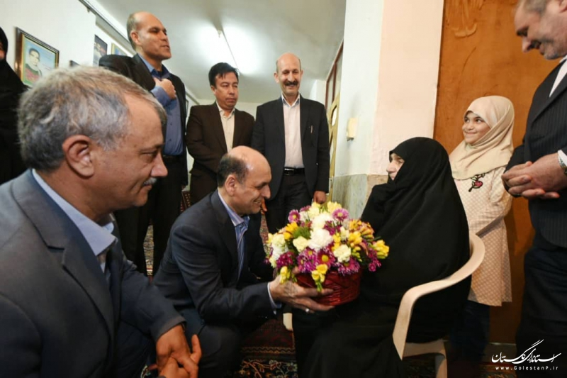 دیدار استاندار گلستان با خانواده شهیدان محزونی در گنبد کاووس