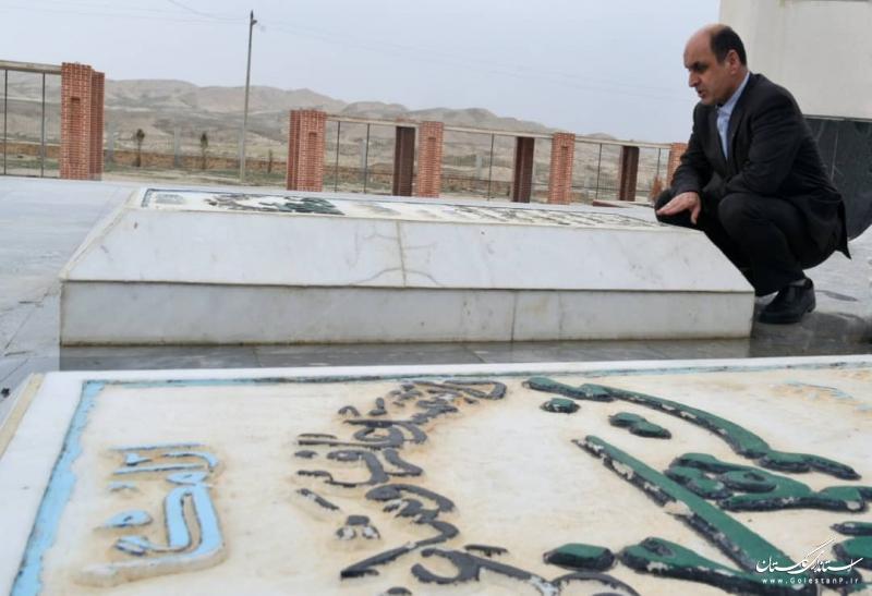 قرائت فاتحه توسط استاندار گلستان در آرامگاه مختومقلی فراغی؛ شاعر شهیر ترکمن