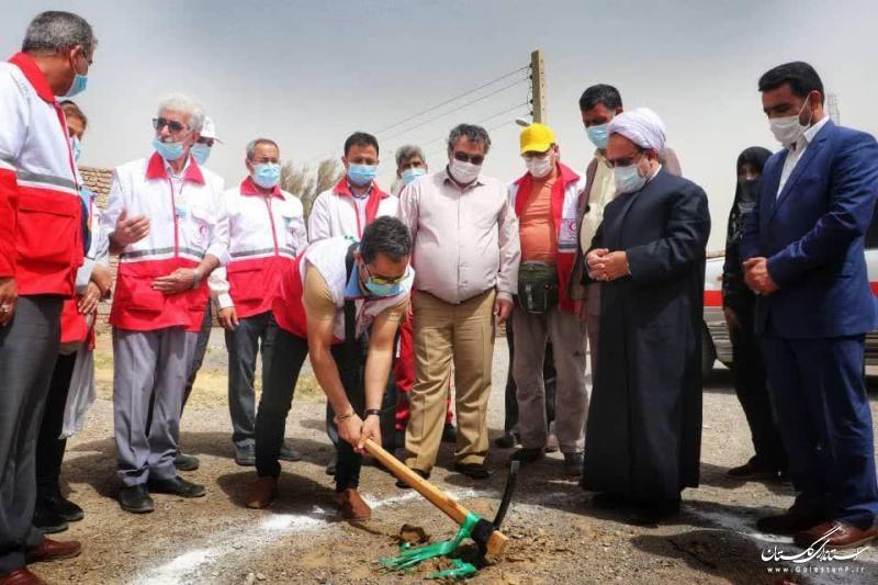 کمک ۱۰۰میلیون ریالی داوطلب گنبد کاووسی برای ساخت خانه های نذر آب۳